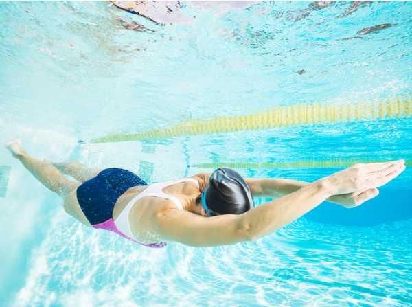 Плавай вместо бега: как работать над фигурой в бассейне?